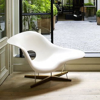 Charles and ray eames la chaise for Chaises ray et charles eames